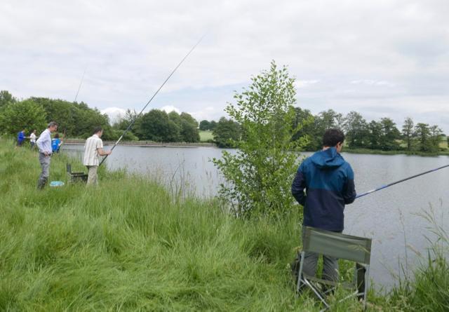 Les messieurs pêchent au coup